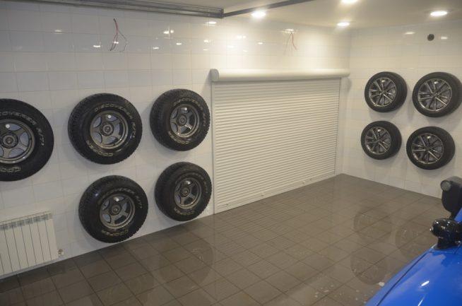 Хранение колёс на стенах гаража