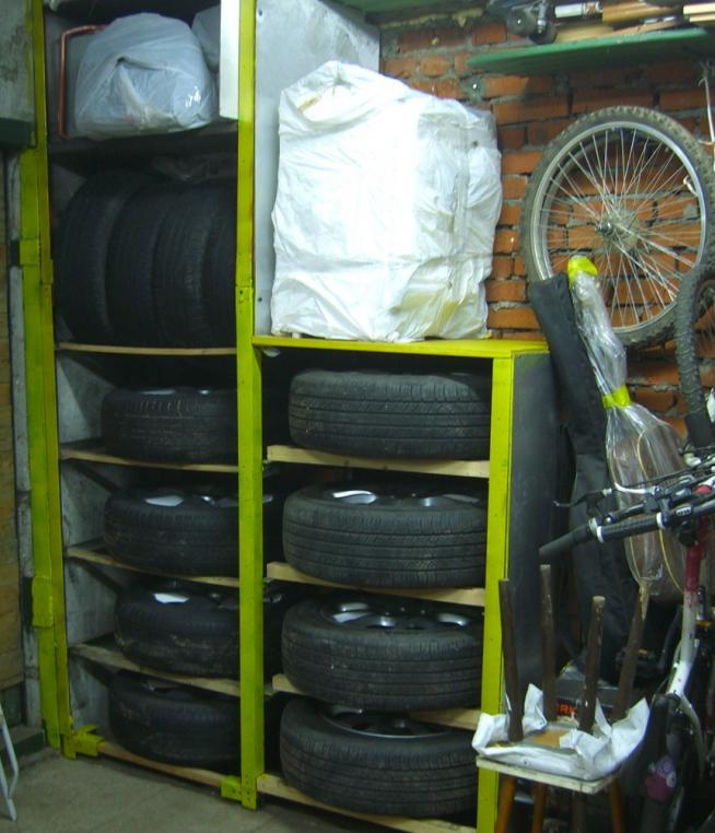 Хранение колёс на самодельном стеллаже