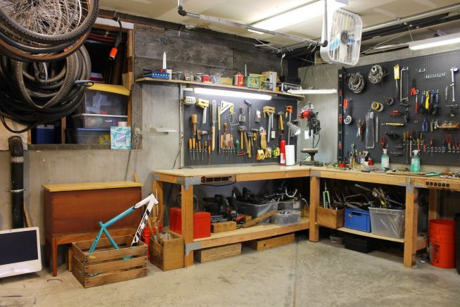 Рабочий стол в гараже