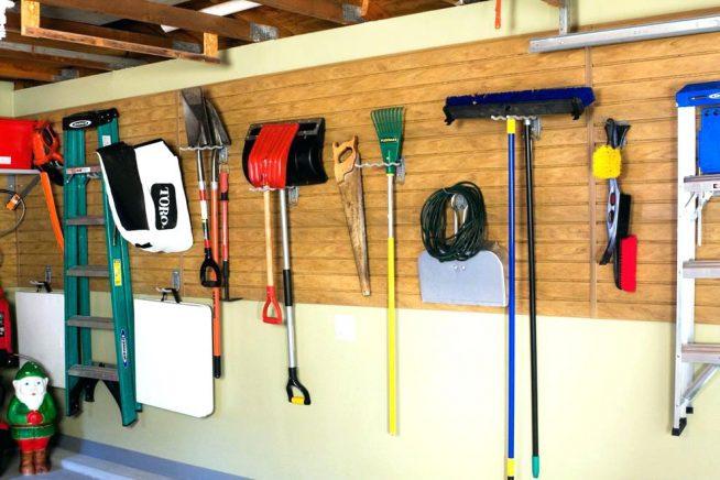 Лопаты и щётки на стене гаража