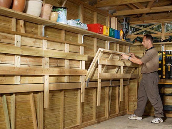 Откидной верстак в гараже