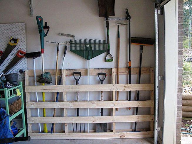 Удобный стеллаж для садового инструмента