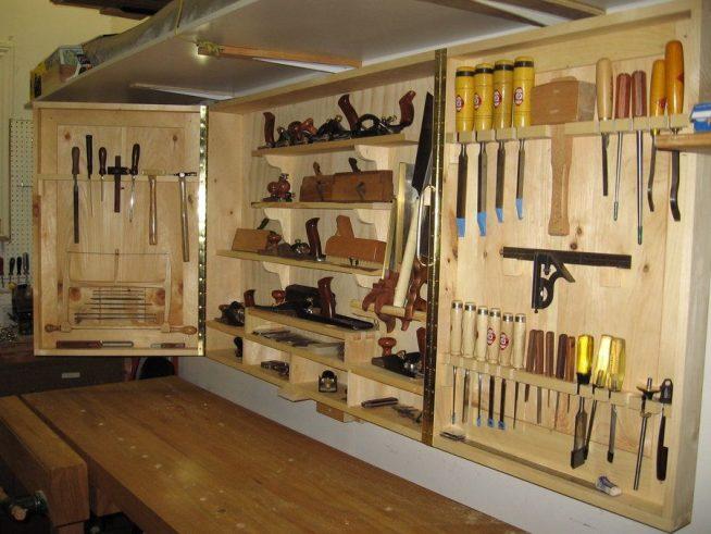 Шкаф для инструментов над рабочим столом