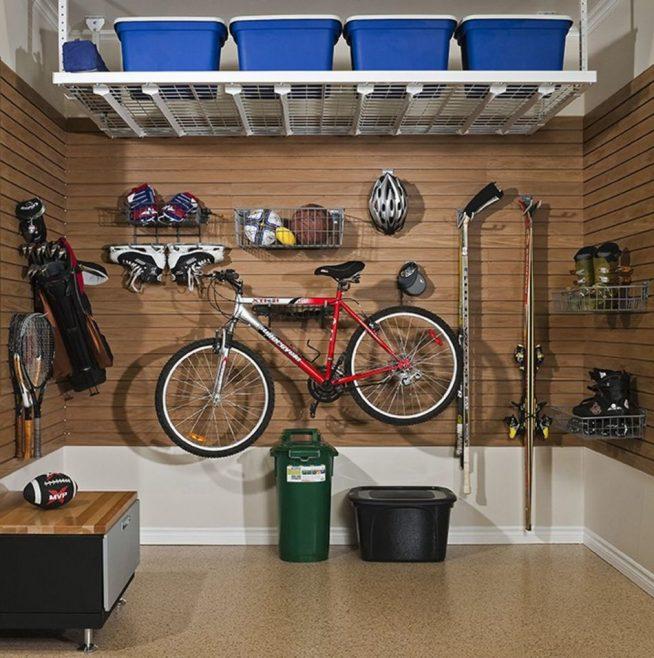 Спортивные принадлежности в гараже