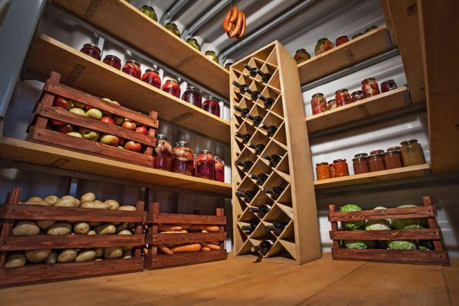 Хранение овощей и консервов в погребе гаража