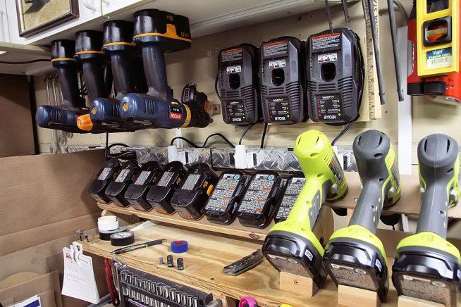 Электроинструменты над верстаком в гараже