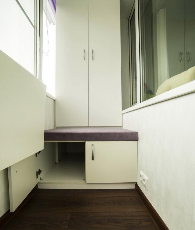 Кушетка на балконе с хранилищем и шкафом