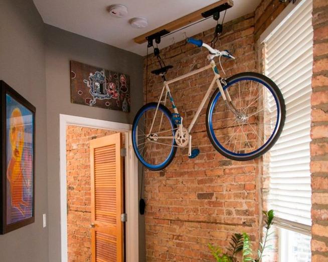 Хранение велосипеда на потолке лоджии