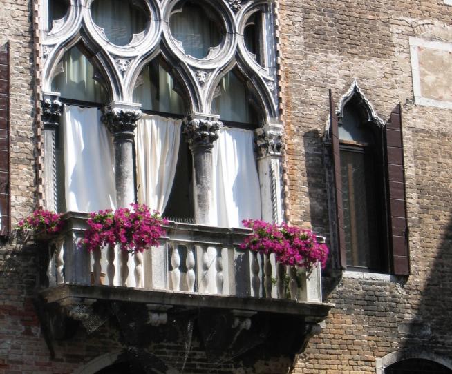 Венецианский балкон с цветами