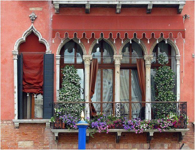 Венецианский цветущий балкон