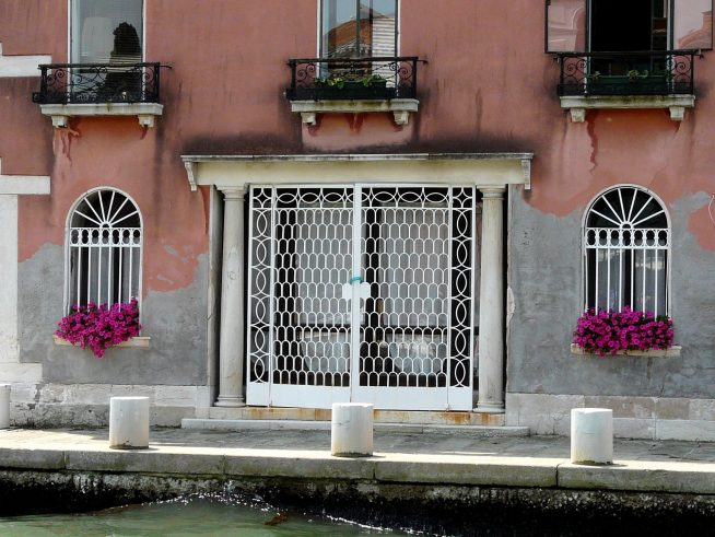Цветы на венецианских окнах