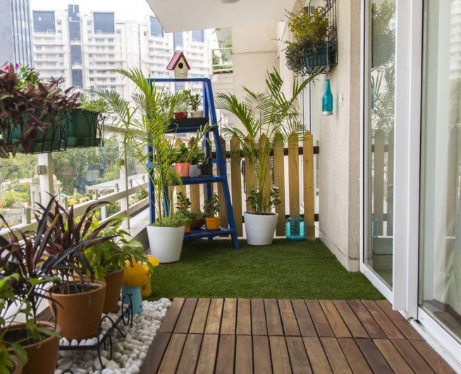 Садик на балконе в деревенском стиле
