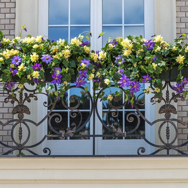 Цветочная клумба на балконной решётке