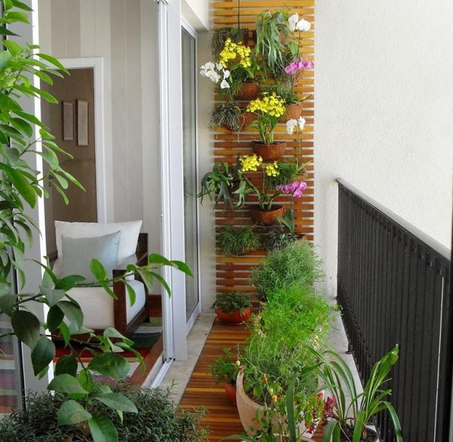 Решётка с цветами на стене балкона