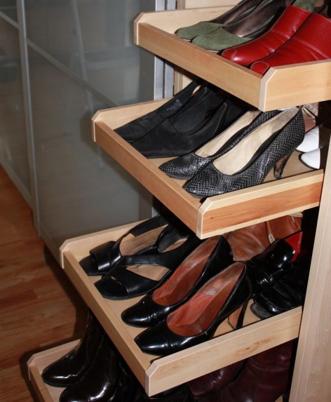 Обувь в шкафу на деревянных полках