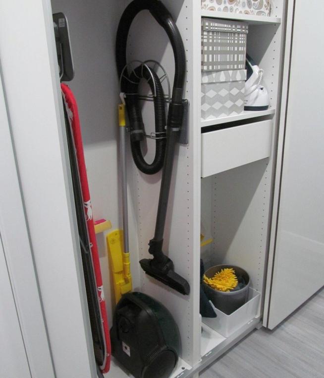 Секция в шкафу-купе для хозяйственного инвентаря