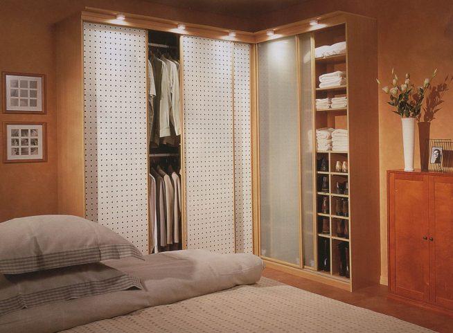 Угловой шкаф-купе в спальне