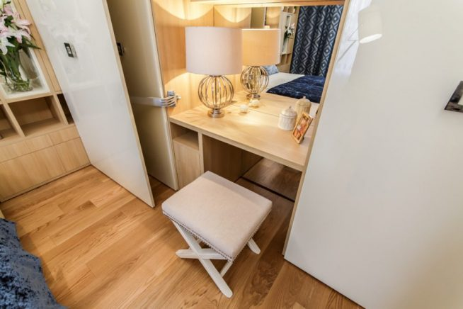 Дамский столик в шкафу-купе