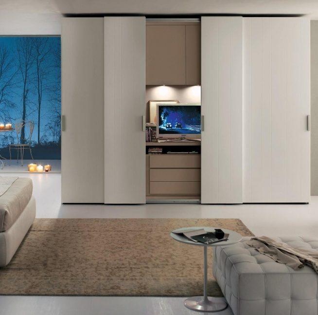 Шкаф-купе с телевизором в спальне