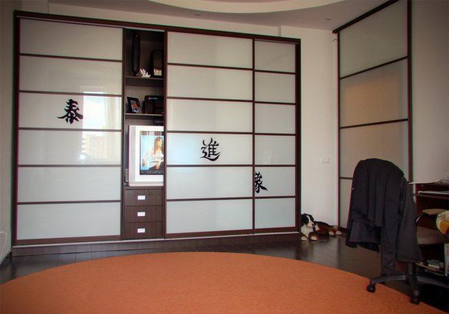 Шкаф-купе с телевизором в гостиной