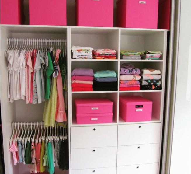 Наполнение шкафа в комнате девочки