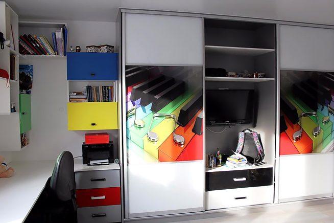 Шкаф-купе в комнате мальчика