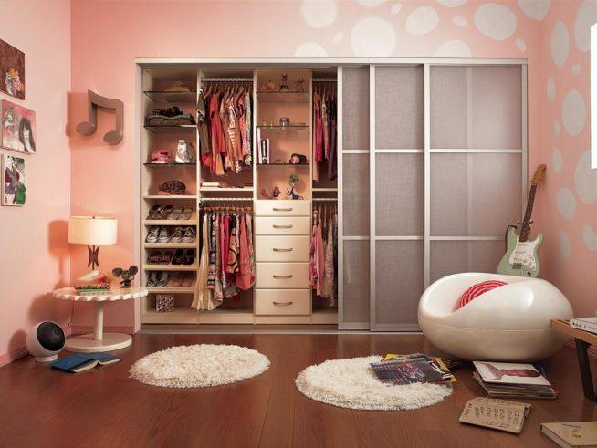 Шкаф в комнате девочки-подростка