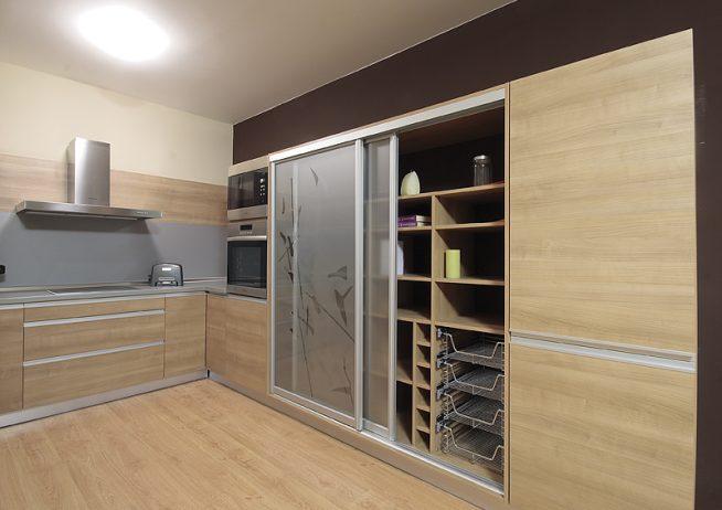 Шкаф-купе на кухне современного дизайна
