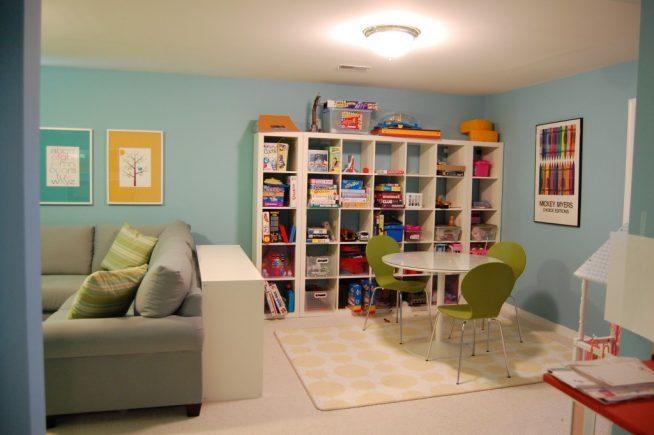 Выделение детской игровой зоны диваном и комодом
