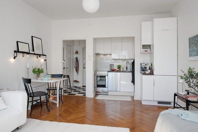 Встроенная кухня между прихожей и гостиной