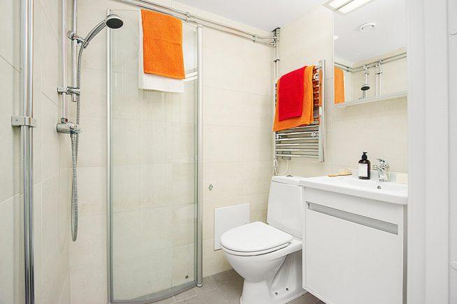 Компактная ванная комната в студии