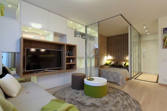 Спальня за зеркальной перегородкой