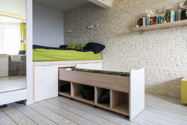 Кровать на практичном подиуме в студии