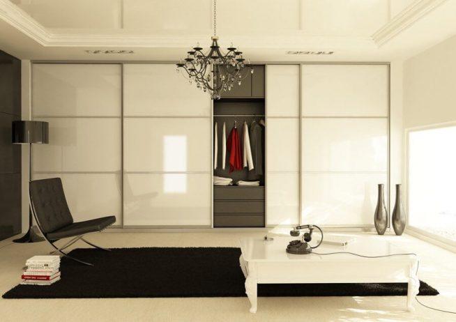 Шкаф с глянцевыми дверцами в студии