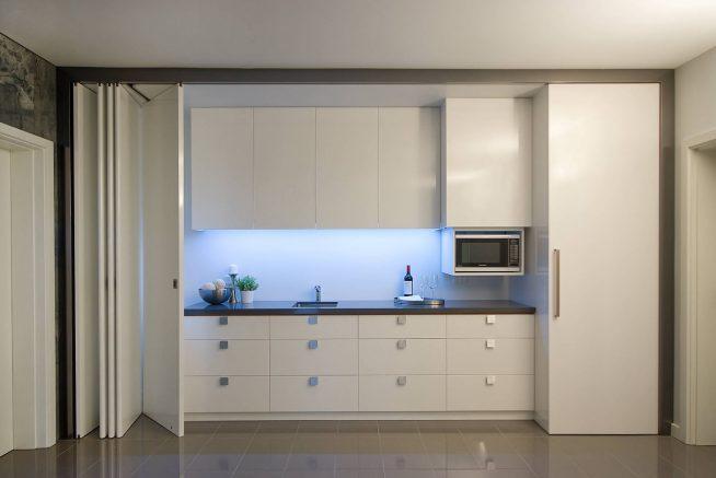 Встроенная в шкаф кухня