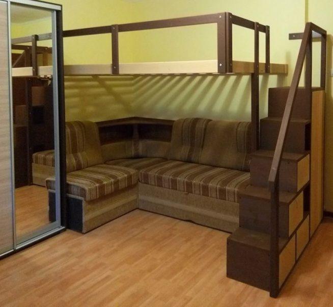 Кровать-чердак в углу маленькой студии