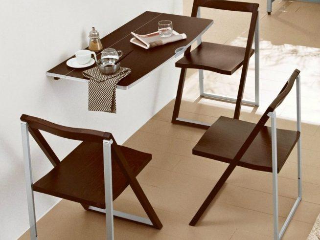 Откидной столик и складные стулья в студии