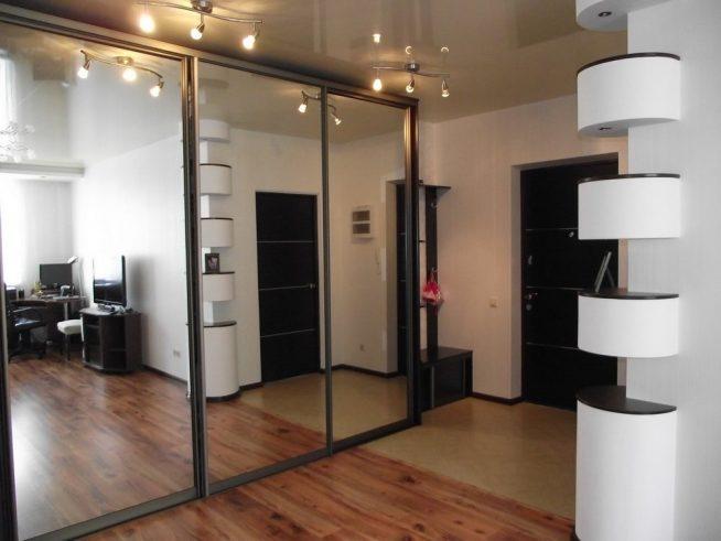 Шкаф-купе в прихожей студии