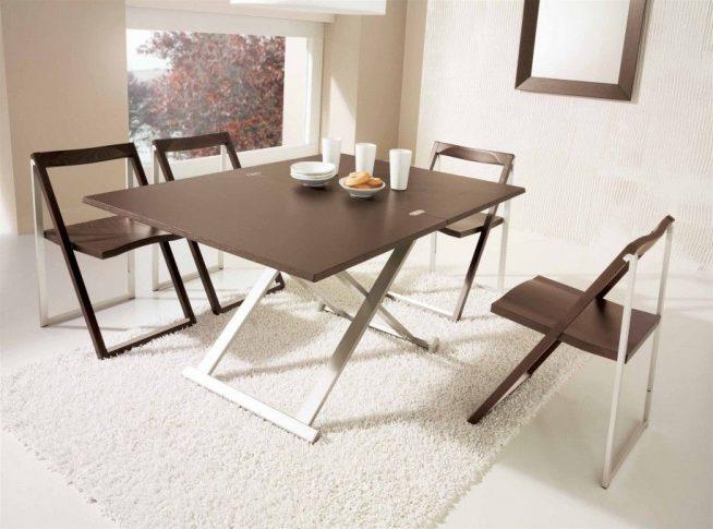 Складные стол и стулья на кухне
