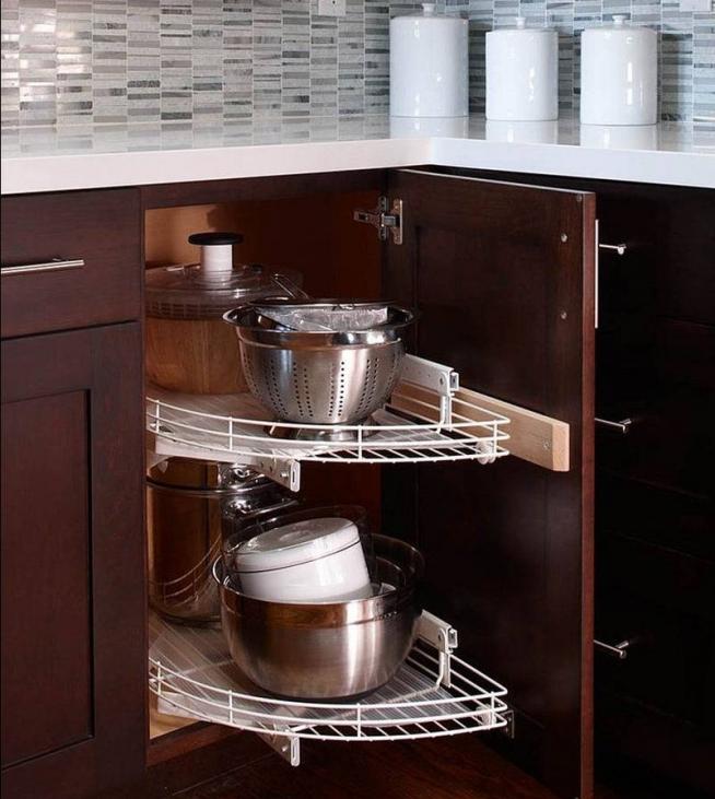 Угловая секция для посуды на кухне