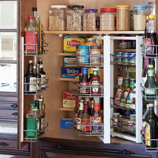 Поворотный органайзер в кухонном шкафу