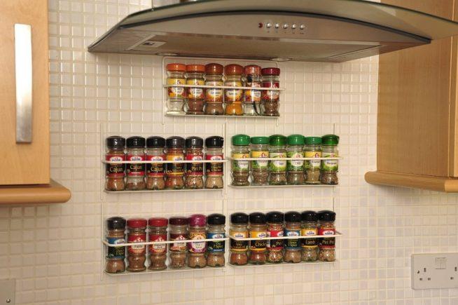 Хранение специй на стене кухни