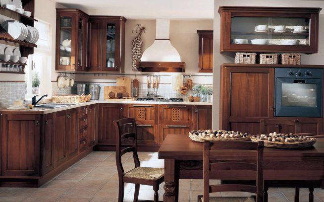 Традиционная кухня с деревянной мебелью