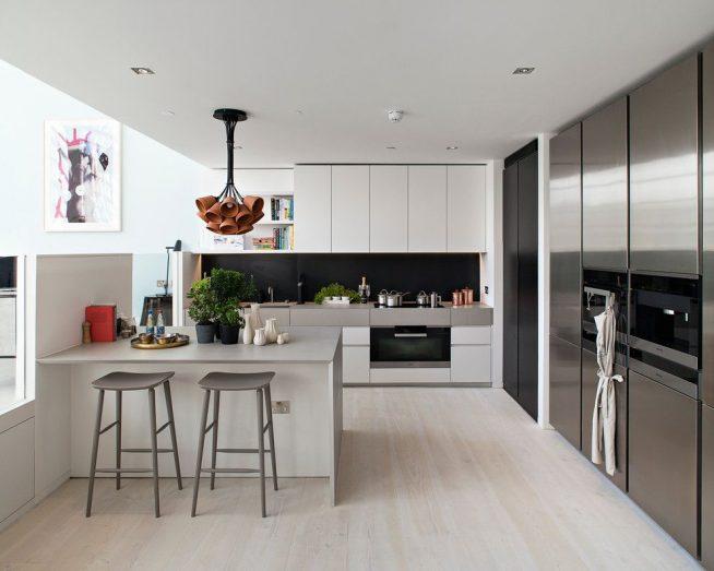 Современная кухня с пластиковой мебелью