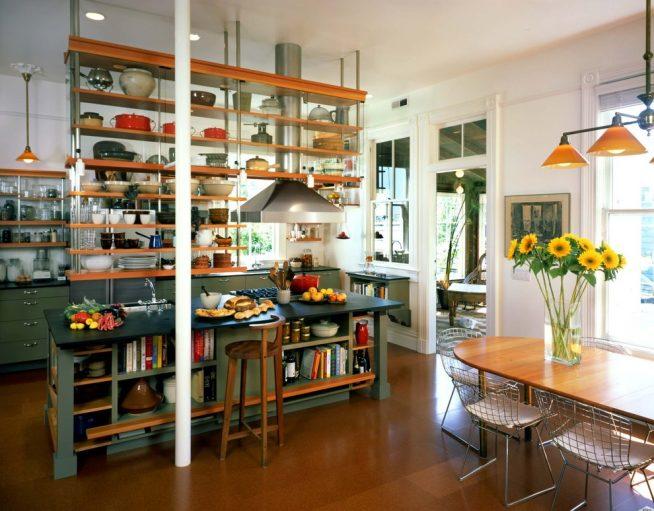 Практичный стеллаж для посуды над столом-островом