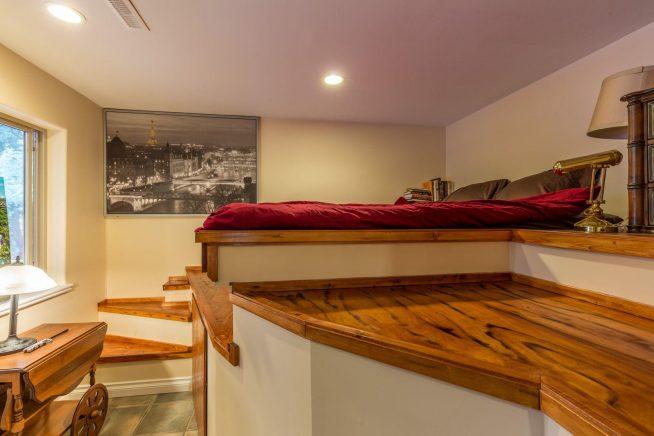 Кровать на подиуме в маленькой спальне