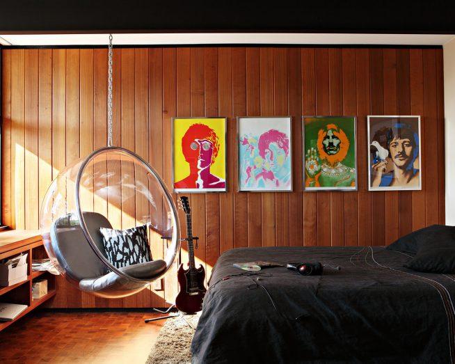 Подвесное кресло в интерьере маленькой спальни