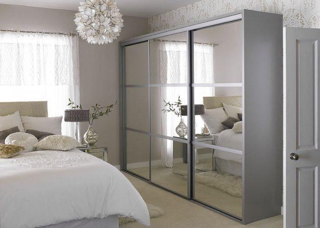 Зеркальный шкаф-купе в спальне