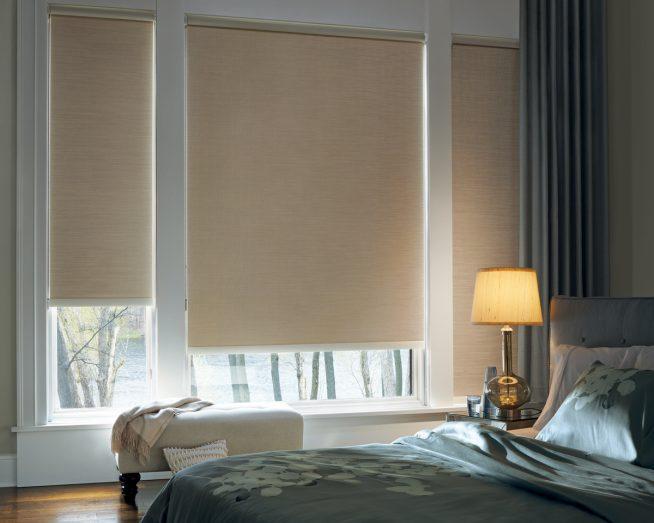 Рулонные жалюзи на окне спальни