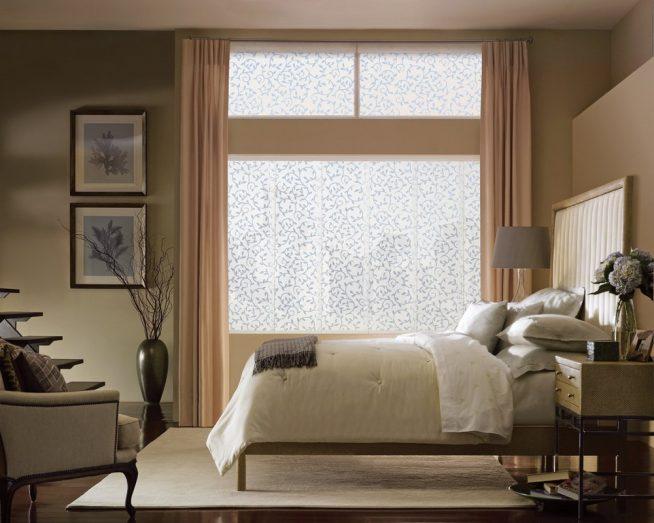 Эффектные тканевые жалюзи в спальне